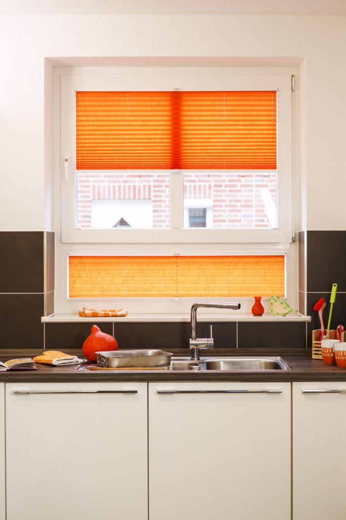 oranges Plissee in der Küche