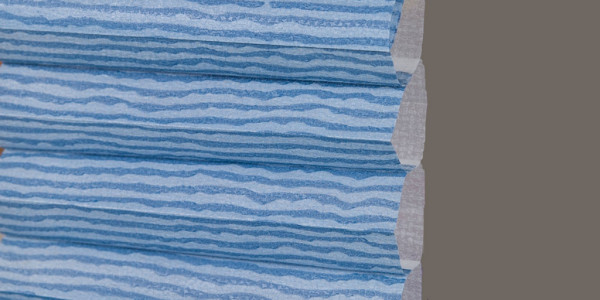 Detailansicht Wabenplissee in blau gestreift