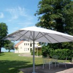 weißer Sonnenschirm für den Sonnenschutz im Garten