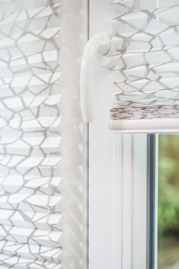 Detailansicht weißes Plissee mit Muster