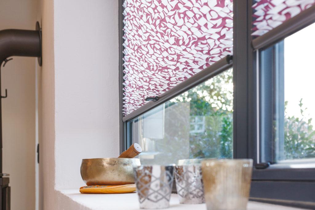 stylisches Plissee mit Muster im Wohnzimmer