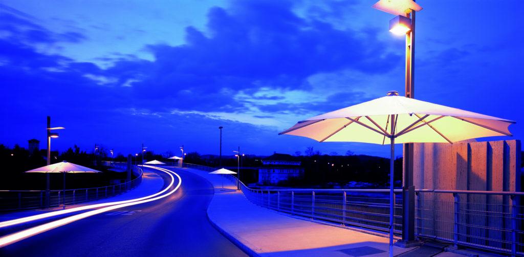 beleuchtete weiße Großschirme zieren die Promenade