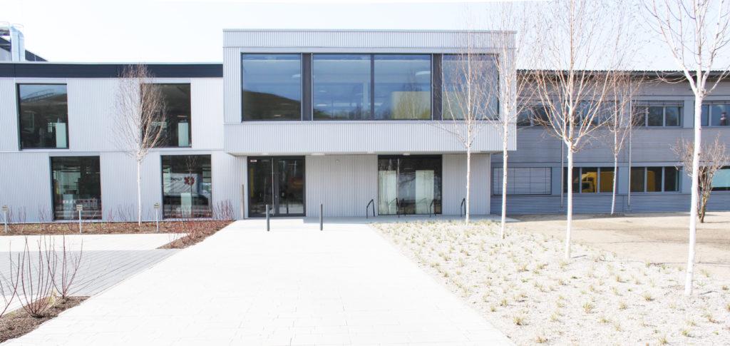Außenjalousien an einem Bürogebäude mit großen Fenstern