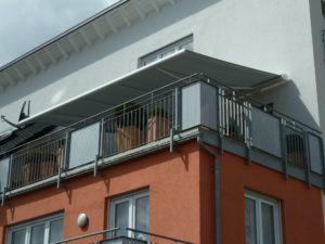 weiße Markise über dem Balkon