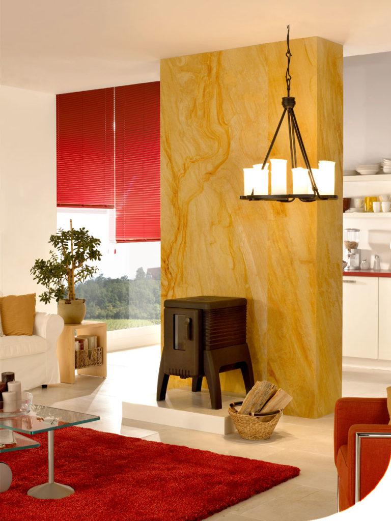 stylische rote Innenjalousien im Wohnzimmer