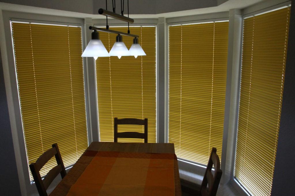 gelber Sonnenschutz im Esszimmer gestaltet das Ambiente fröhlicher