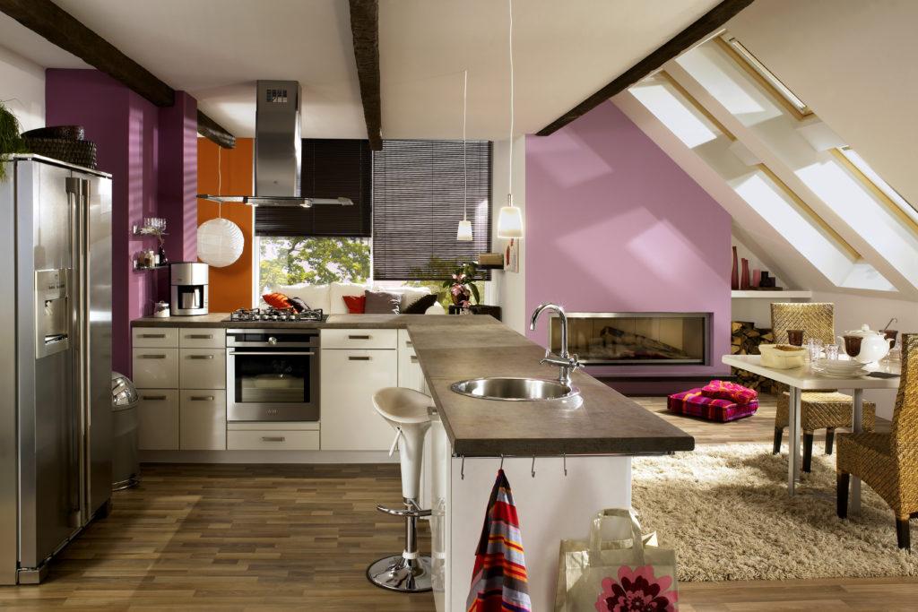 Küche im Dachgeschoss mit Jalousien