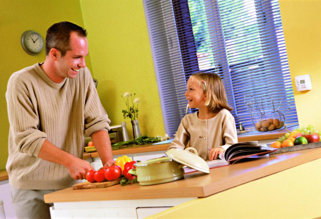 Vater kocht gemeinsam mit seiner Tochter das Abendessen