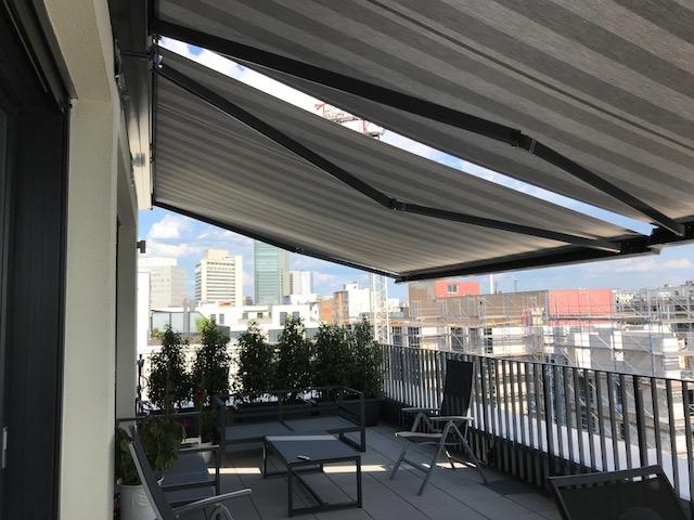 Kassettenmarkise Sonnentraum über dem Balkon eines Penthauses