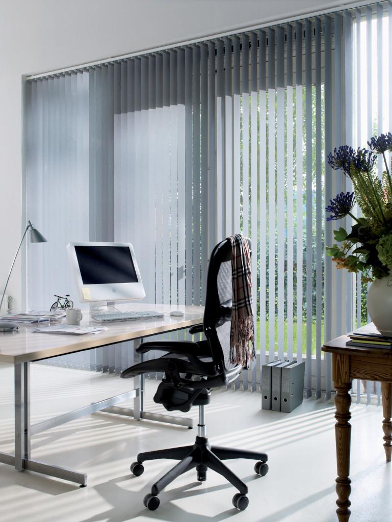 klassisch weißer Lamellenvorhang im Büro