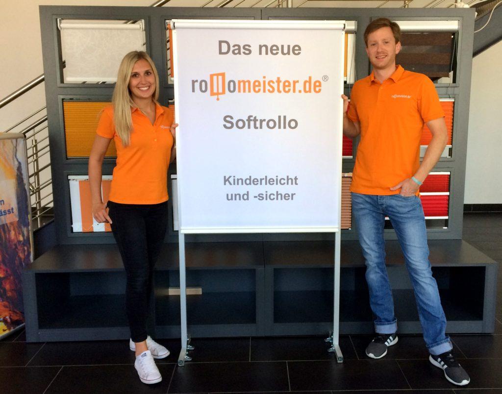 Zwei Mitarbeiter stellen das neue Rollomeister Softrollo vor