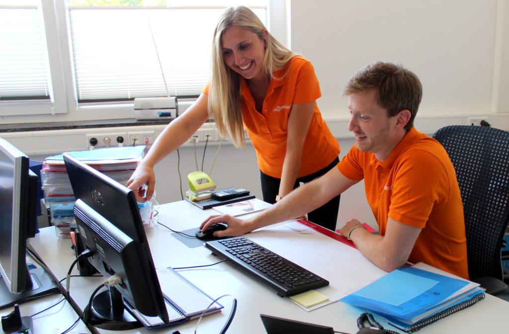Zwei Mitarbeiter lösen gemeinsam erfolgreich ein Problem