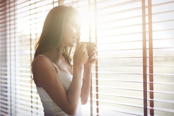 Morgens mit einer Tasse Kaffee die Sonnenstrahlen genießen dank der stylischen und modernen Innenjalousien