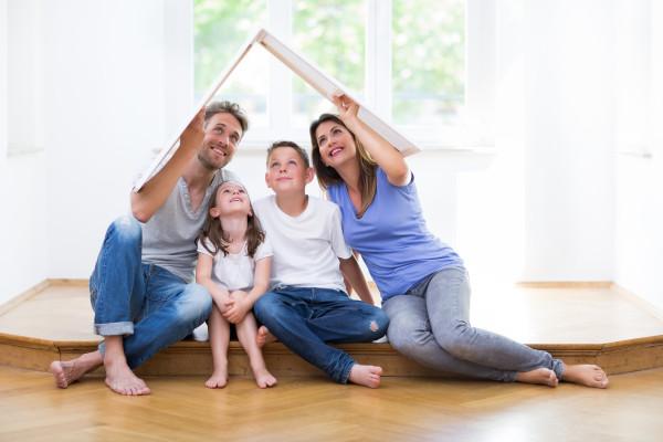 Eine Familie träumt vom modernen Eigenheim