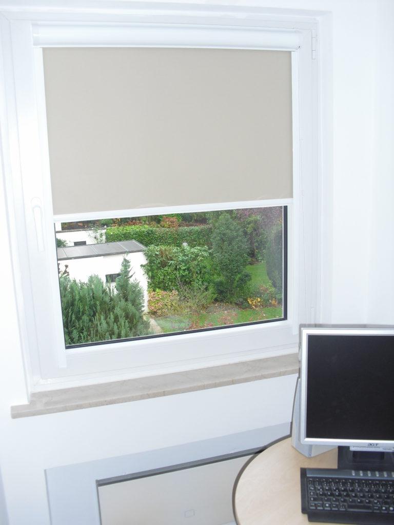 Glasleistenrollo zum Kleben im Büro