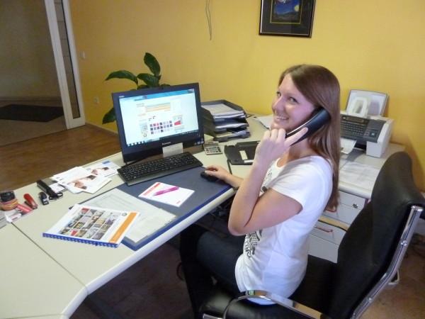 Mitarbeiterin von Rollomeister beim Arbeiten im Büro
