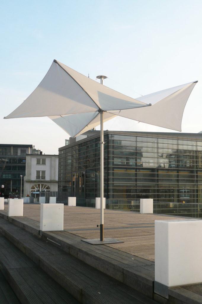moderner Großschirm als Extra auf gemütlich eingerichteter Terrasse