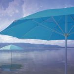blaue Seilzugschirme vor schöner Landschaft