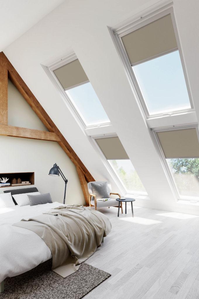 graue Rollos an Dachfenstern im Schlafzimmer