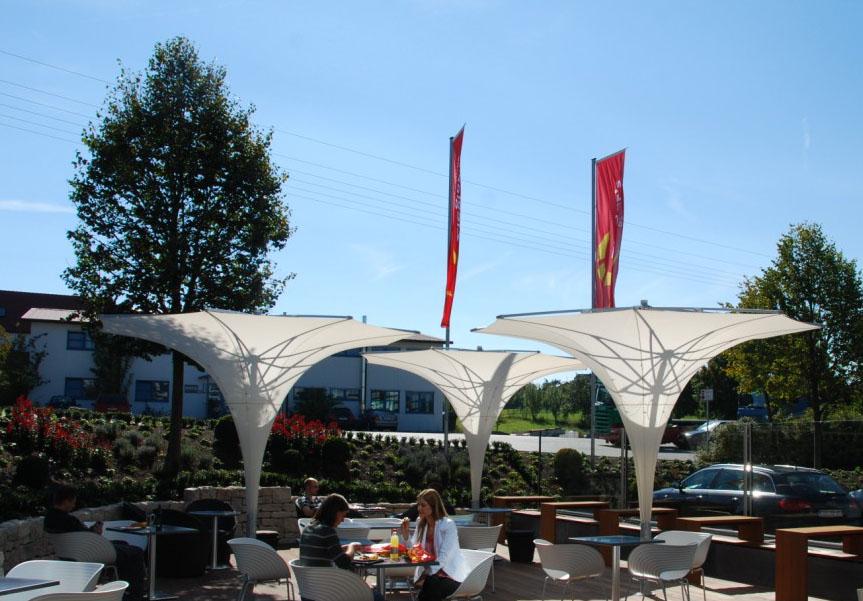 Trichterschirme für elegante Veranstaltungen im Sommer