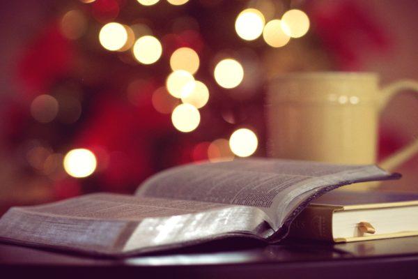 Ein offenes Buch mit Lichtern im Hintergrund sorgen für romantische Stimmung