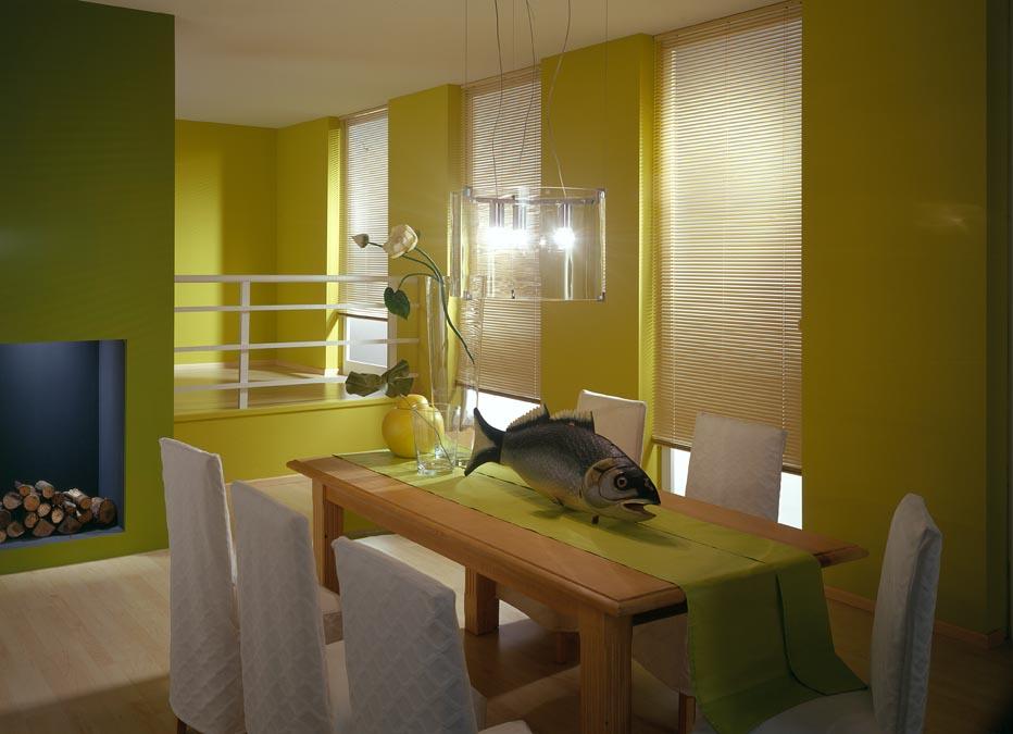 farbenfroh und fröhlich eingerichtetesmaigrünes Esszimmer mit weißen Innenjalousien
