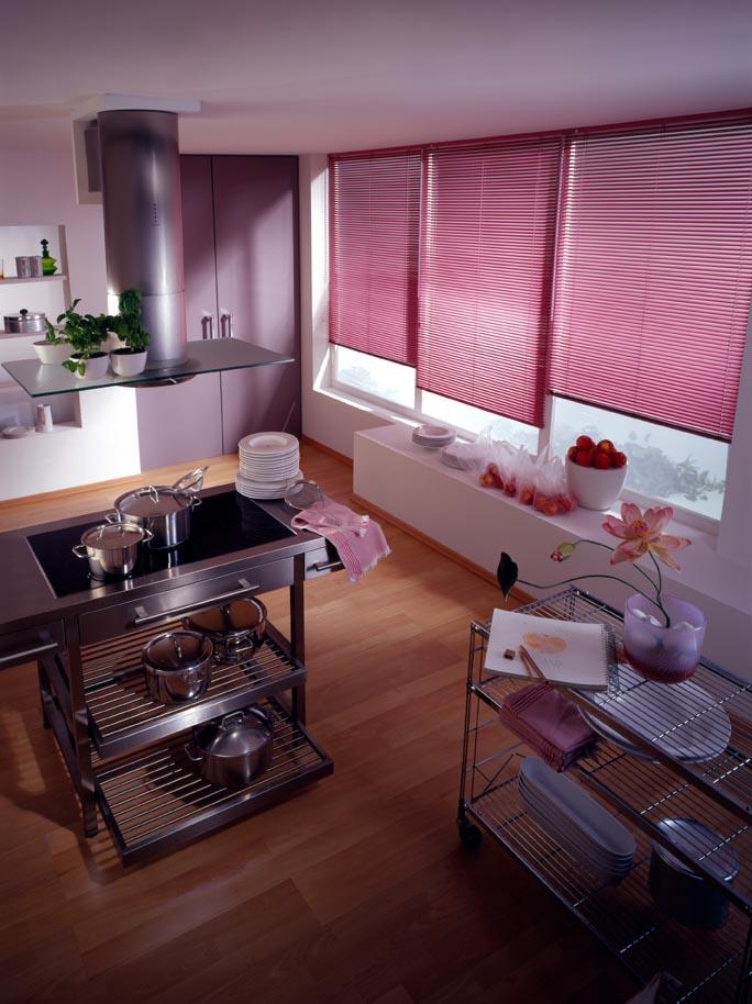 die Küche aufgepeppt mit Innenjalouien in der Farbe fuchsia