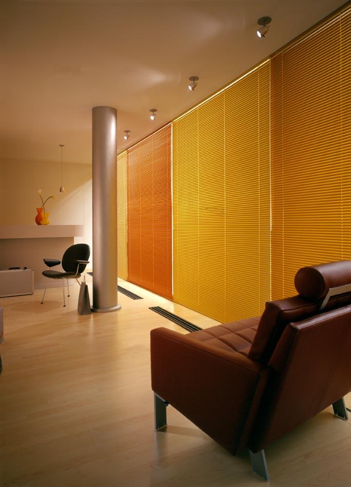 Innenjalousien als orangene und gelbe Farbakzente im gemütlichen Wohnraum