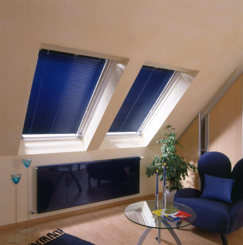 Dachzimmer mit blauen Innenjalousien passend zur Einrichtung