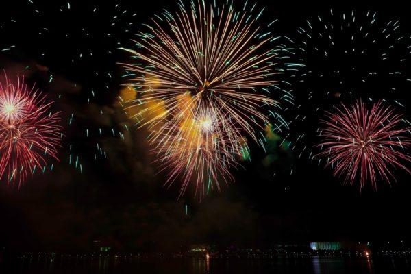 Feuerwerk in den Farben gelb, grün, rot und orange